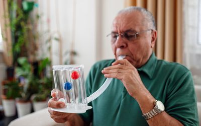 man with COPD measuring lung capacity