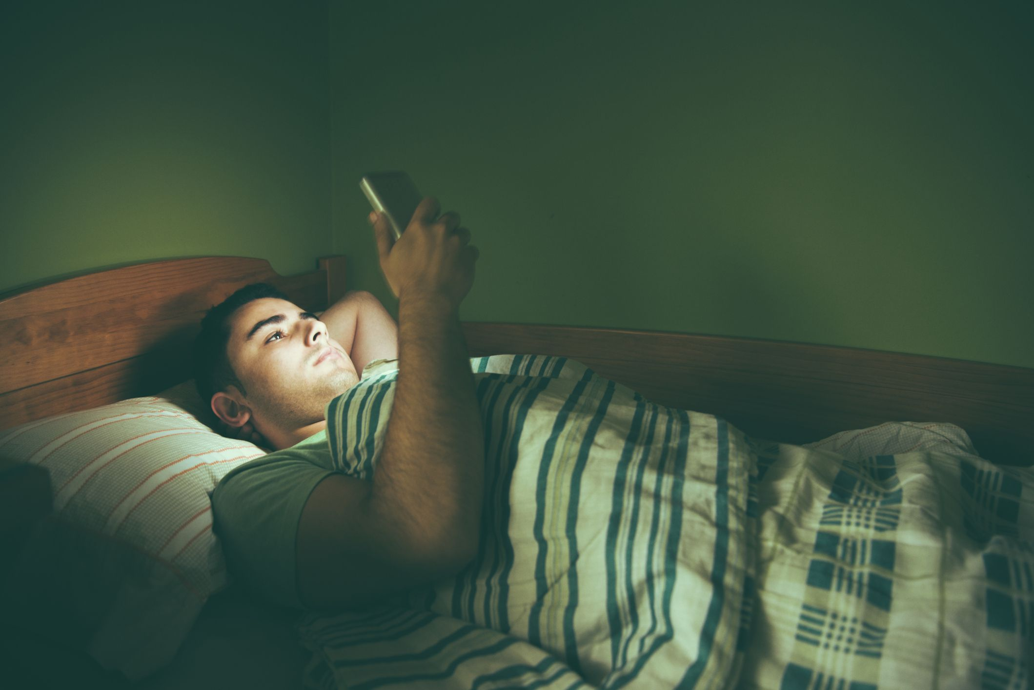 Reasons Why You Should Not Sleep With Your Cell Phone