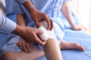 Use of gauze on knee