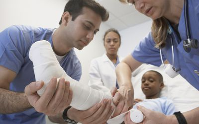 how do doctors treat broken bones