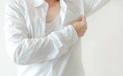 Men wear white sleeves, arms are covered with armpits, they are unclean and unclean.