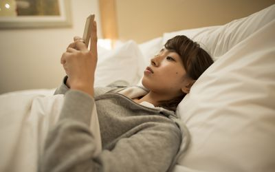 Lying awake on the phone in bed defies recommendations for stimulus control to improve insomnia and conditioning