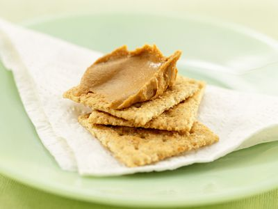 crackers with peanut butter