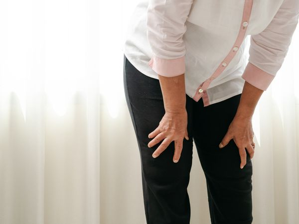 woman with pain in her knees