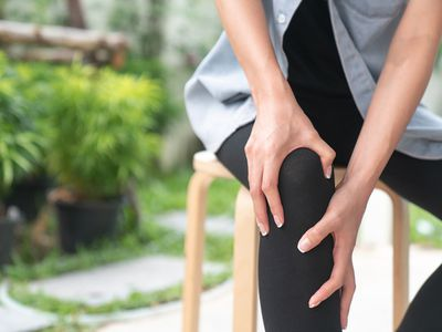 Woman on a stool with knee pain