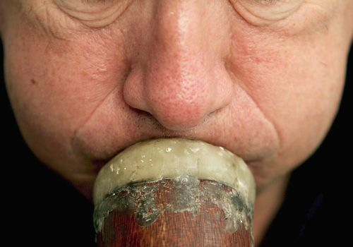 Man blows on the didgeridoo to treat obstructive sleep apnea