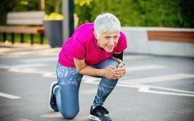 Woman having knee trauma during the morning run