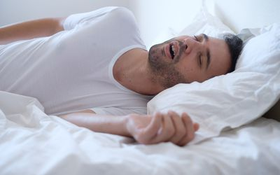 a man snoring while he sleeps because of apnea