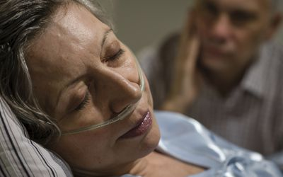 older woman on oxygen at end of life