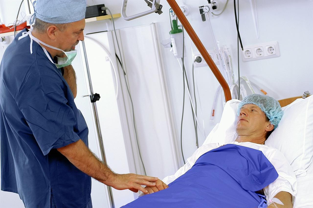 Doctor talking to a patient before surgery