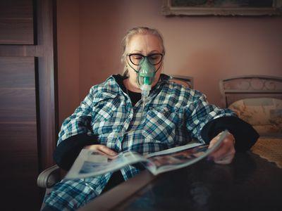 woman using oxygen