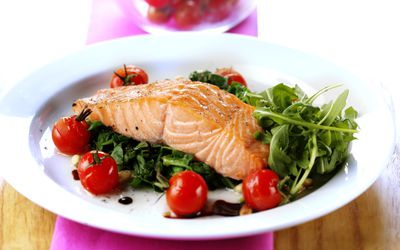 Salmon steak with spinach and tomatoes