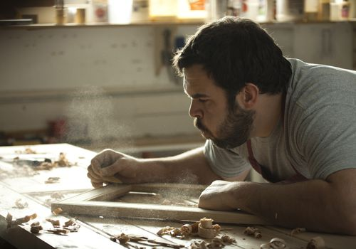 carpenter at work exposed to wood dust that could raise lung cancer risk