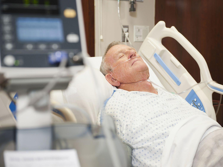 USA, Utah, Ogden, Senior man in hospital