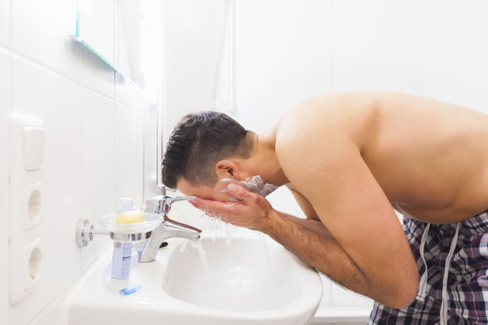 اغسل وجهك بالماء الدافئ بعد وضع الأعشاب لعلاج حب الشباب