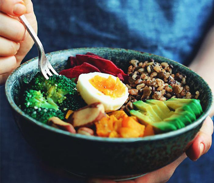 What to eat healthy brain: bowl of healthy food