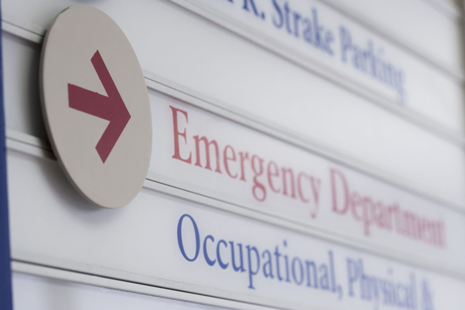 A sign pointing to the emergency room.