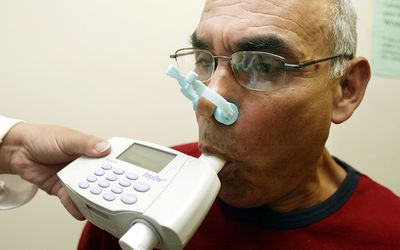 Man using a spirometer