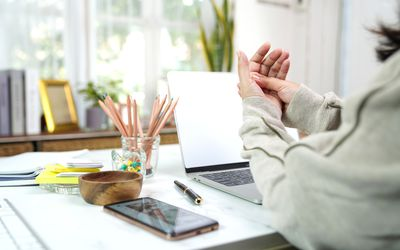 Woman has hand pain could not use Laptop