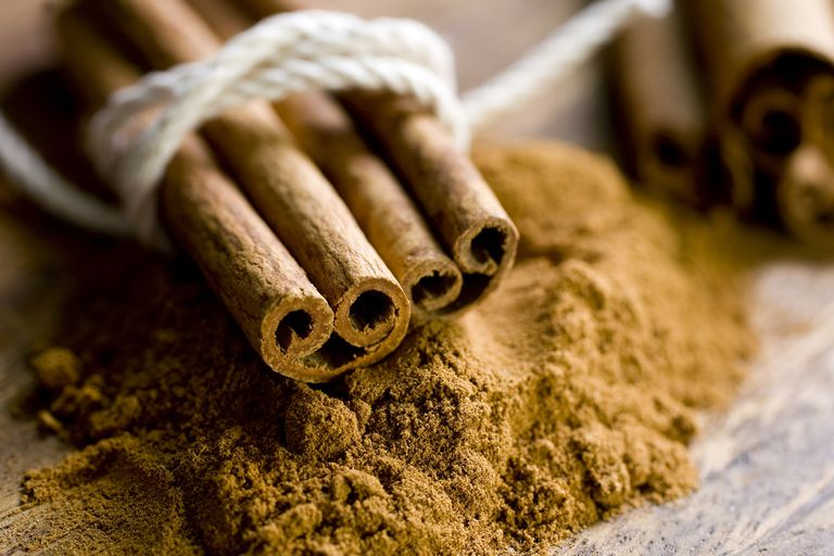 Cinnamon in two forms: sticks and powder.