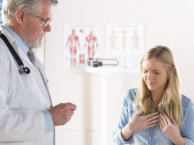 A distressed women describing her symptoms to a doctor