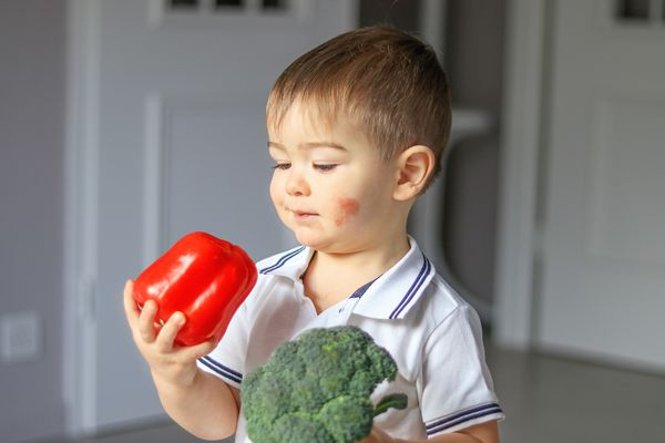 Child with atopic dermatitis considers eating fresh vegetables