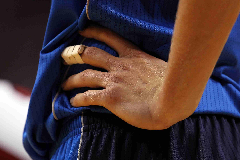 A splint on the finger of Dirk Nowitzki