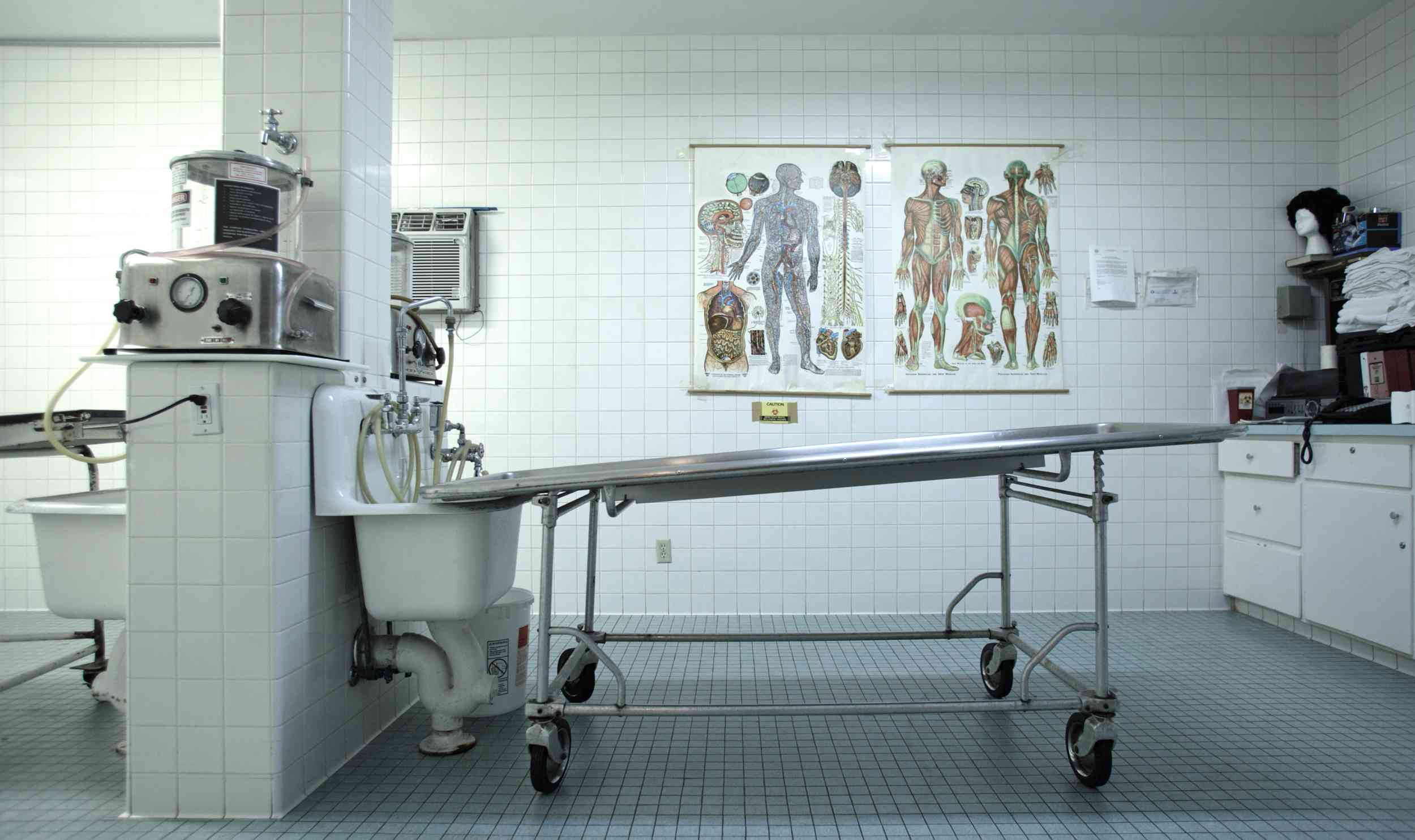 An embalming table and embalming machine