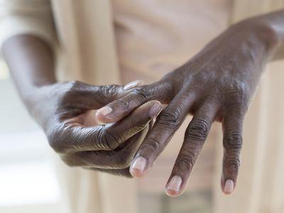 Finger joint pain is an early sign of rheumatoid arthritis