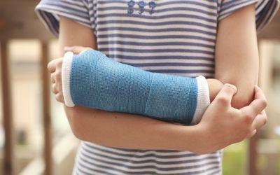 Little girl with an arm cast