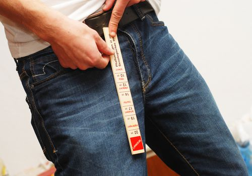 A man measuring his penis length
